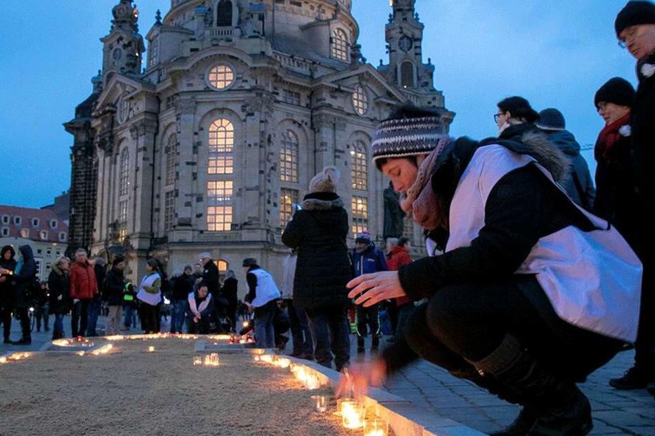 Am Neumarkt vor der Frauenkirche zündeten die Menschen Kerzen an.
