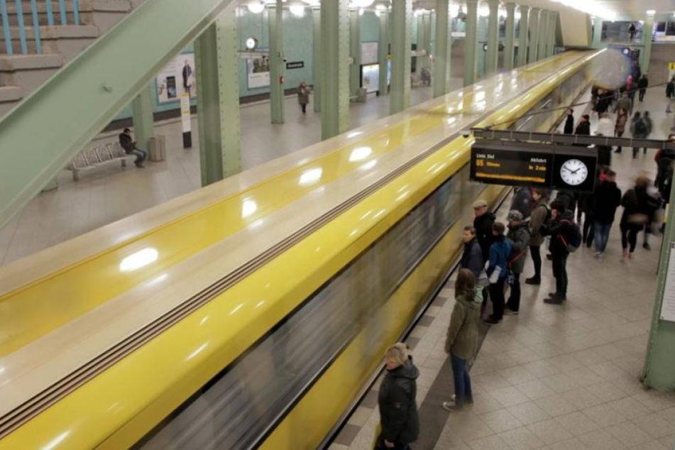 Mann stößt 60-Jährige ins U-Bahn-Gleis