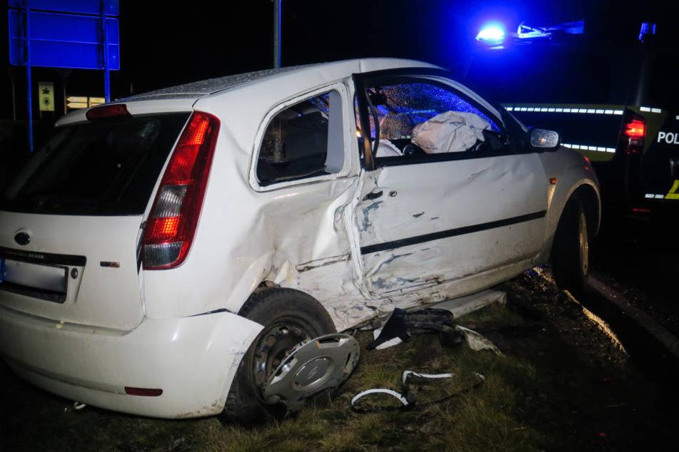 Der Ford wurde bei dem Unfall von der Straße geschleudert.
