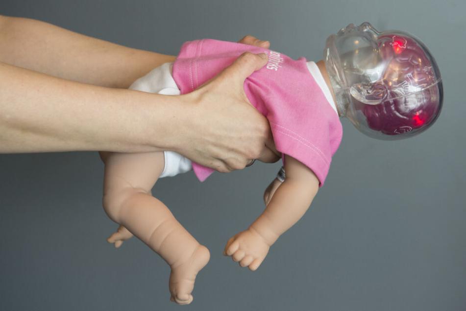 """Leuchtende rote Lämpchen im Kopf der Simulationspuppe """"Shaken Baby"""" markieren nach dem Schütteln der Puppe die Hirnregionen, die durch das Schütteln beim echten Baby geschädigt werden."""