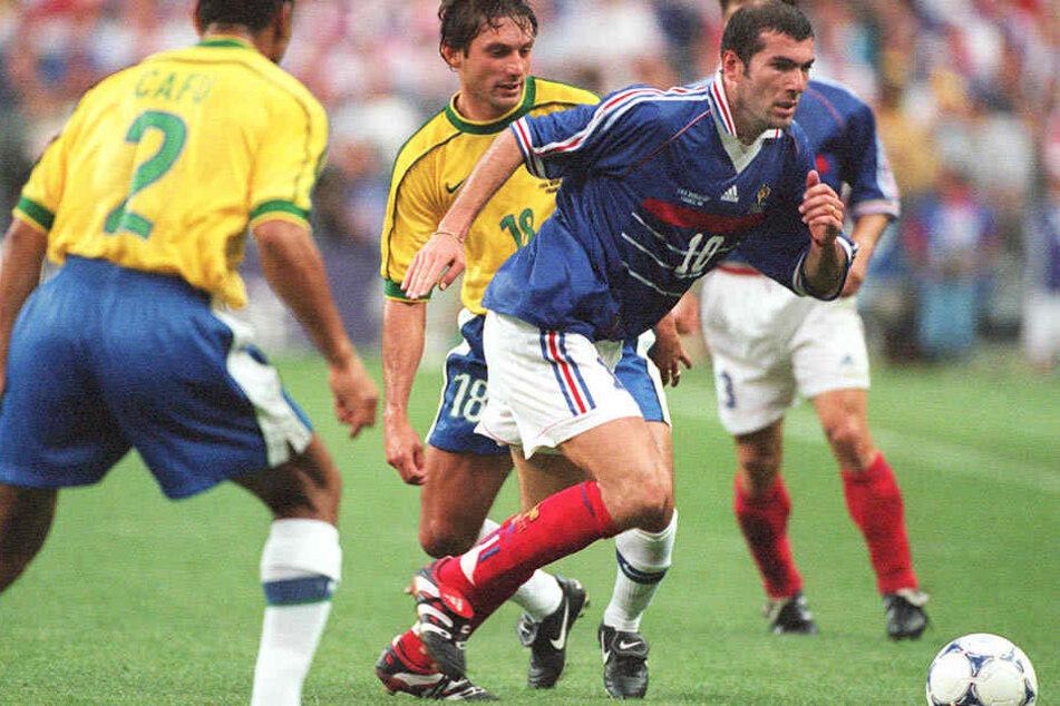Frankreichs Weltstar Zinedine Zidane (r.) im WM-Finale 1998 gegen Brasiliens Cafu (l.) und Leonardo (m.). Frankreich gewann 3:0, auch dank eines Doppelpacks des überragenden Zidane.