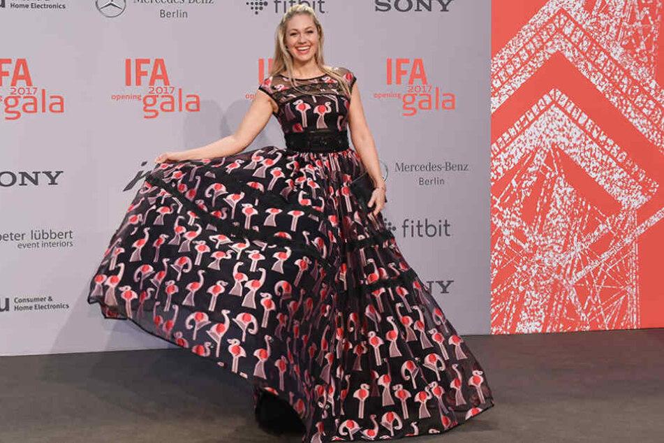 Moderatorin Ruth Moschner strahlte in einem flamingo-gemusterten Kleid.