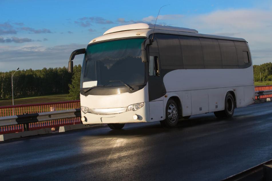 Hochzeits-Bus stürzt von Brücke, fast alle Insassen sterben