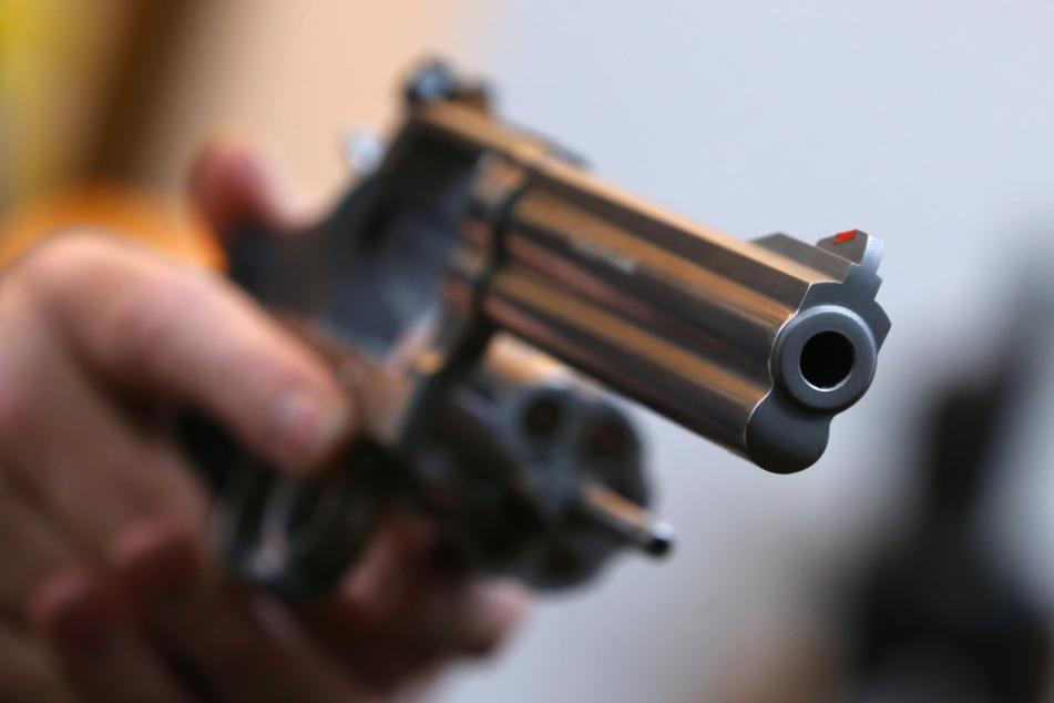 Mit einer schwarzen Pistole bedrohte der Täter die Kassiererin einer Tankstelle in Gütersloh. (Symbolbild)