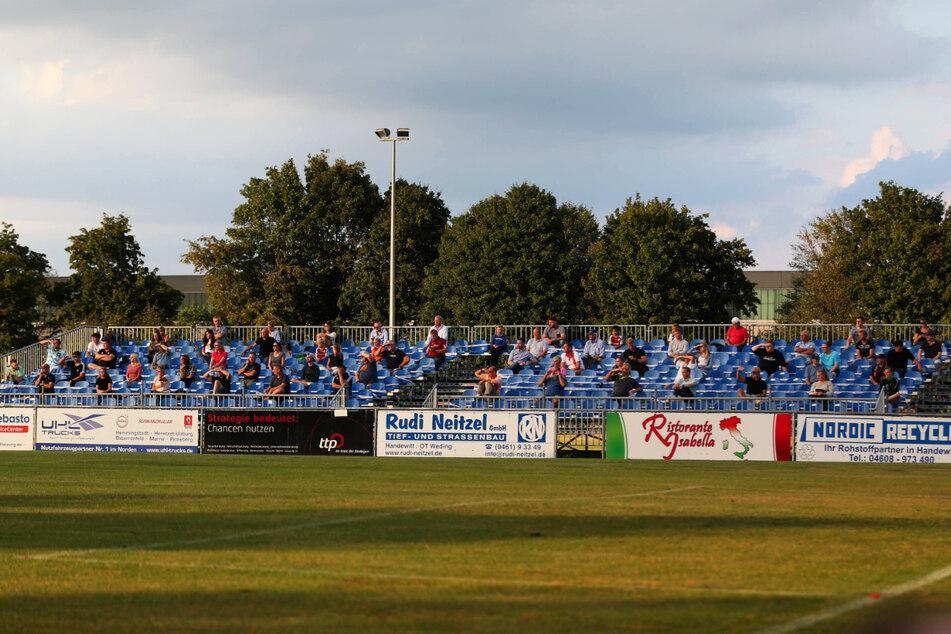 Das Manfred-Werner-Stadion bietet momentan nur 2.500 Zuschauern Platz. Alleine hier müsste der SC Weiche Flensburg deutlich aufrüsten. In Corona-Zeiten ist das aber nicht machbar.