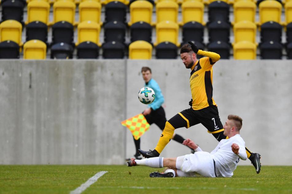 Seine Schnelligkeit ist sein Trumpf: Niklas Kreuzer (Nummer 7) zieht im Testspiel gegen Mlada Boleslav an seinem Gegenspieler Jan Kral vorbei.
