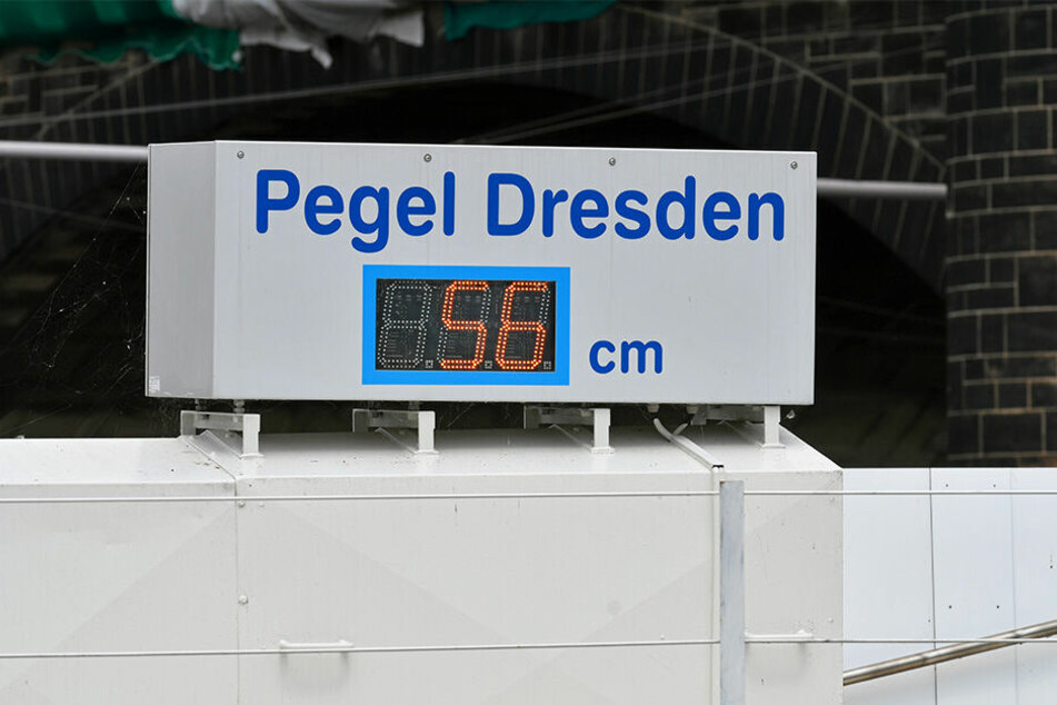 Montagabend lag der Pegel an der Augustusbrücke bei nur noch 56 Zentimetern.