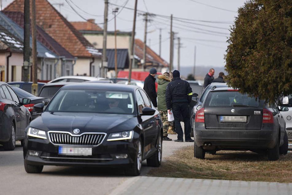 Ermittler stehen vor dem Haus, in dem der Investigativ-Journalist Kuciak und seine Verlobte erschossen wurden.