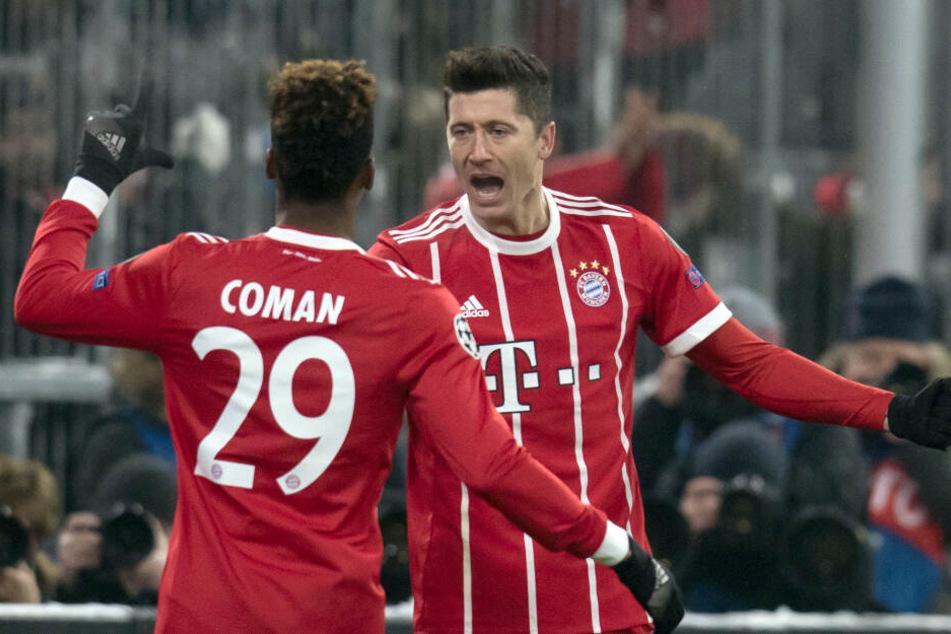 Kingsley Coman und Robert Lewandowski (r.) sollen sich beim Training des FC Bayern heftig gestritten haben. (Archivbild)