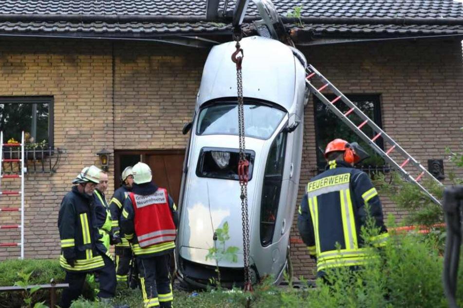 Kurioser Unfall: Auto landet senkrecht an Hauswand