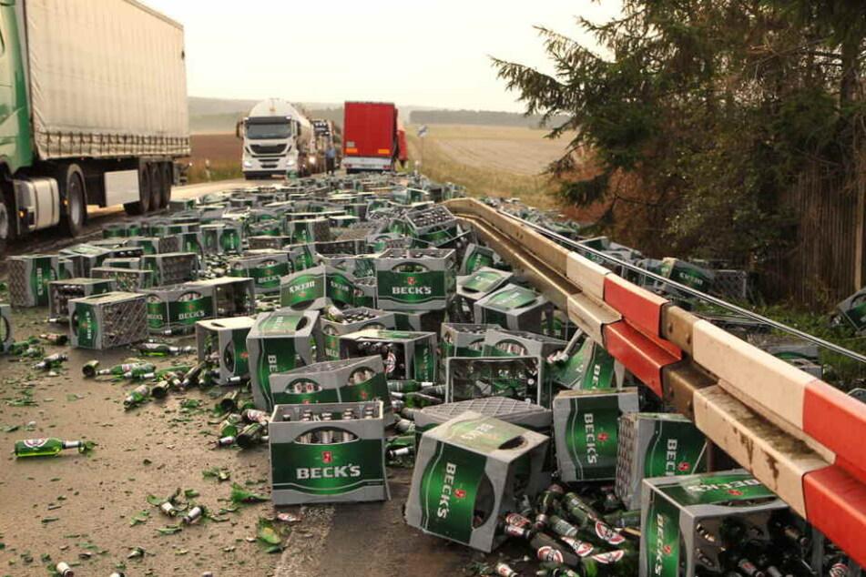 Zu schnell in die Kurve: Hunderte Liter Bier liegen hier auf der Straße