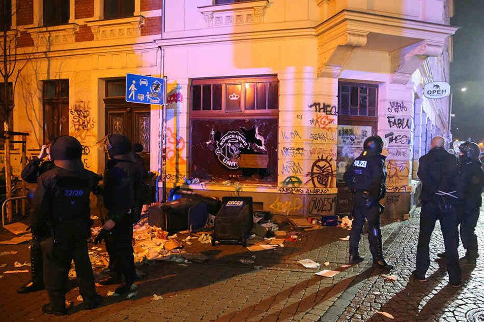 Zerbrochene Fensterscheiben und verwüstete Müllcontainer waren nur eine Randerscheinung der Connwitzer Randal-Nacht.