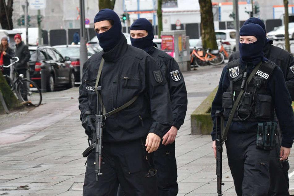 Spezialkräfte der Bundespolizei und das GSG9 durchsuchten am Sonntag in Berlin 20 Wohnungen. (Symbolbild)