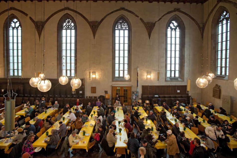 Die Stuttgarter Leonhardskirche bietet Mahlzeiten für Hilfsbedürftige an. (Archivbild)