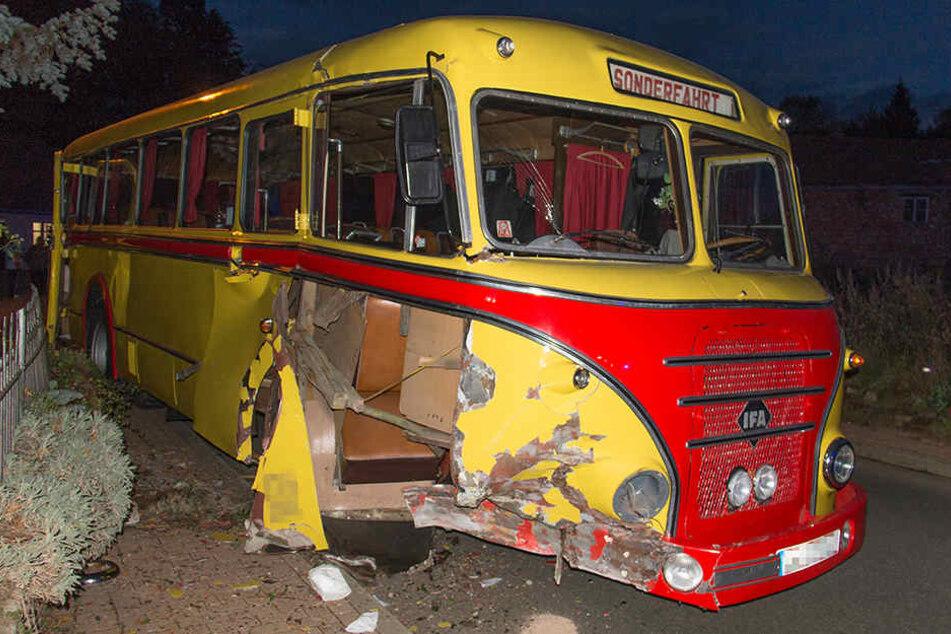 Der Bus fuhr frontal gegen einen Zaun und eine Mauer.