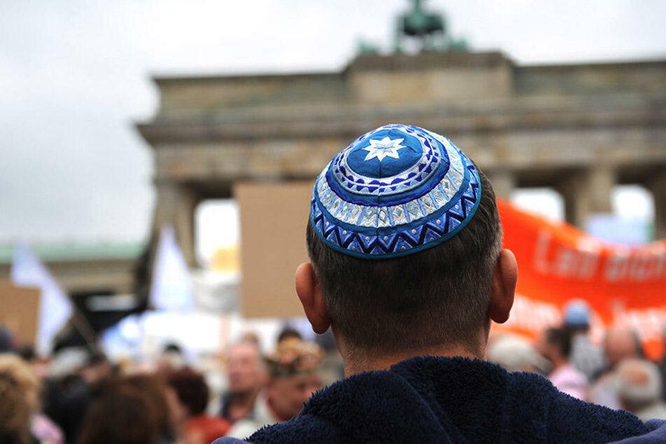 Teilnehmer einer Kundgebung gegen Judenhass vor dem Brandenburger Tor in Berlin. (Symbolbild)