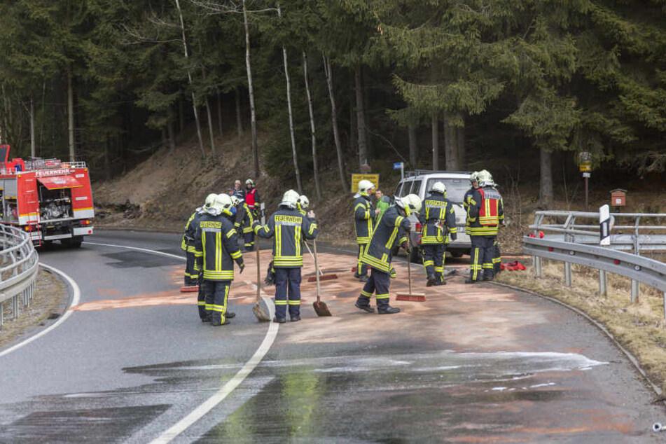 Die Feuerwehr musste das ausgelaufene Öl binden.