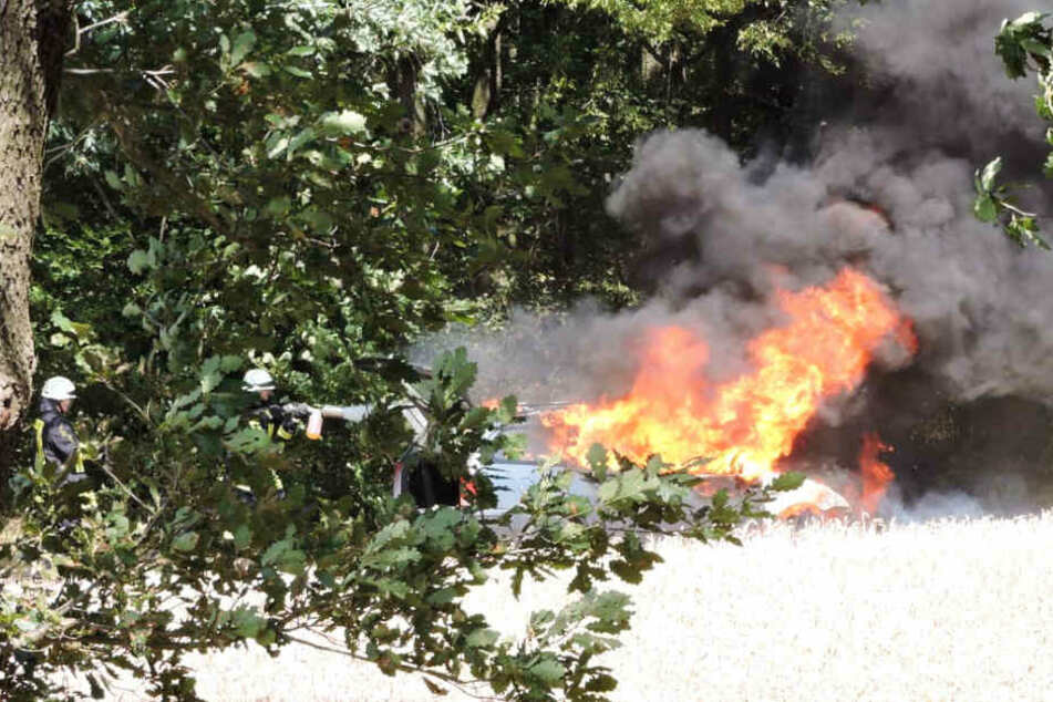 Waldbrand-Gefahr! Auto steht mitten unter Bäumen in Flammen