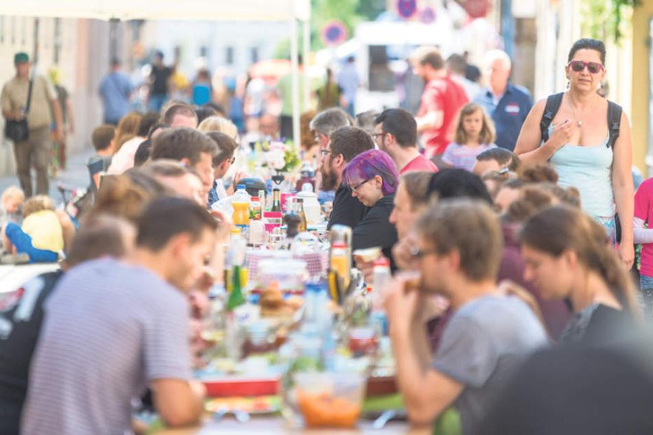 Nach zwei Partynächten wird traditionell am Sonntag auf der Straße  gefrühstückt.