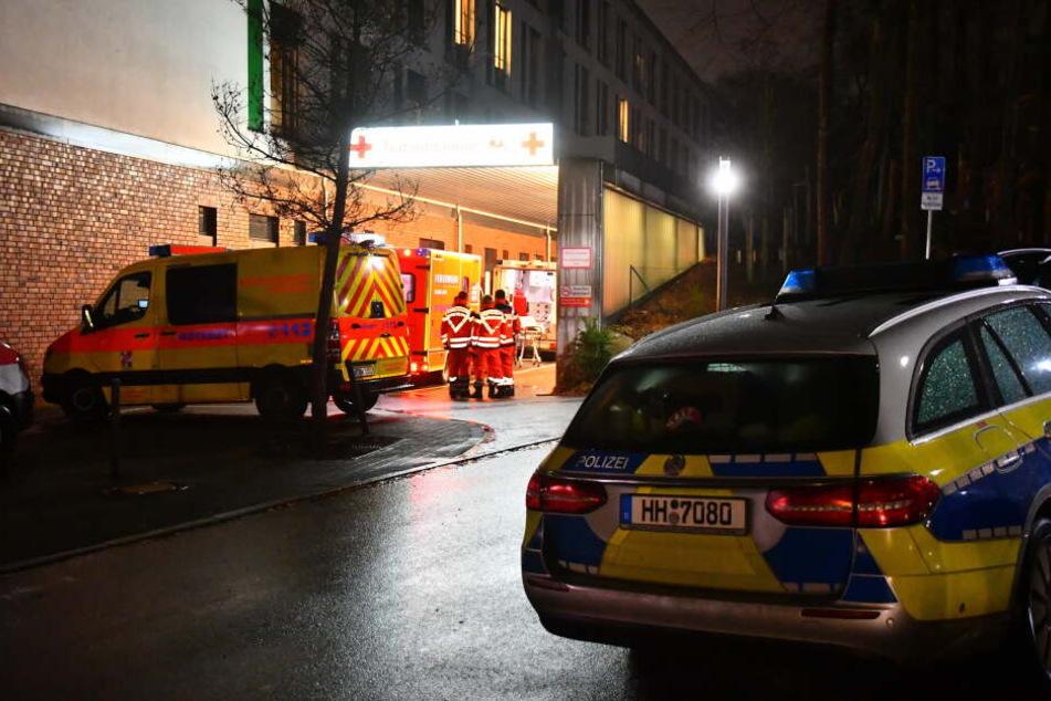 Rettungswagen und Polizei stehen vor dem Krankenhaus.
