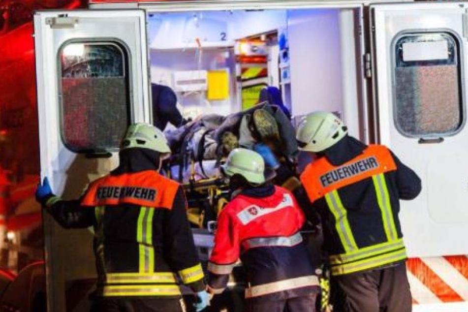 Die Rettungskräfte brachten den mann ins Krankenhaus. dort erlag er seinen Verletzungen. (Symbolbild)