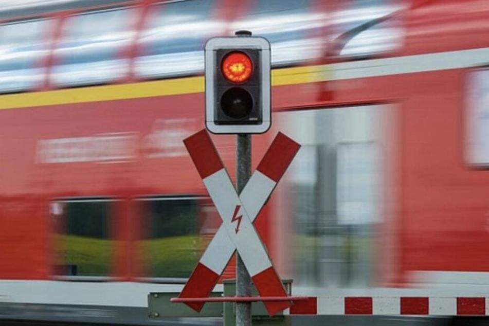 Die Schranke war geschlossen, trotzdem lief die Frau auf die Gleise. (Symbolbild)