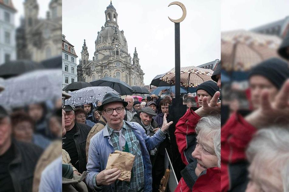 Auf dem Neumarkt provozierte Uwe Steimle (54) im Mai mit einem Fernsehturm, der einen Halbmond auf der Spitze trug.
