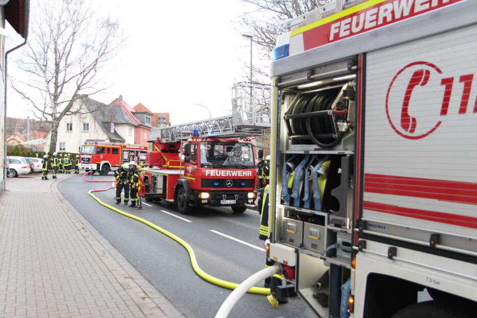 Mit 27 Kameraden war die Feuerwehr im Einsatz, die Straße musste gesperrt werden.