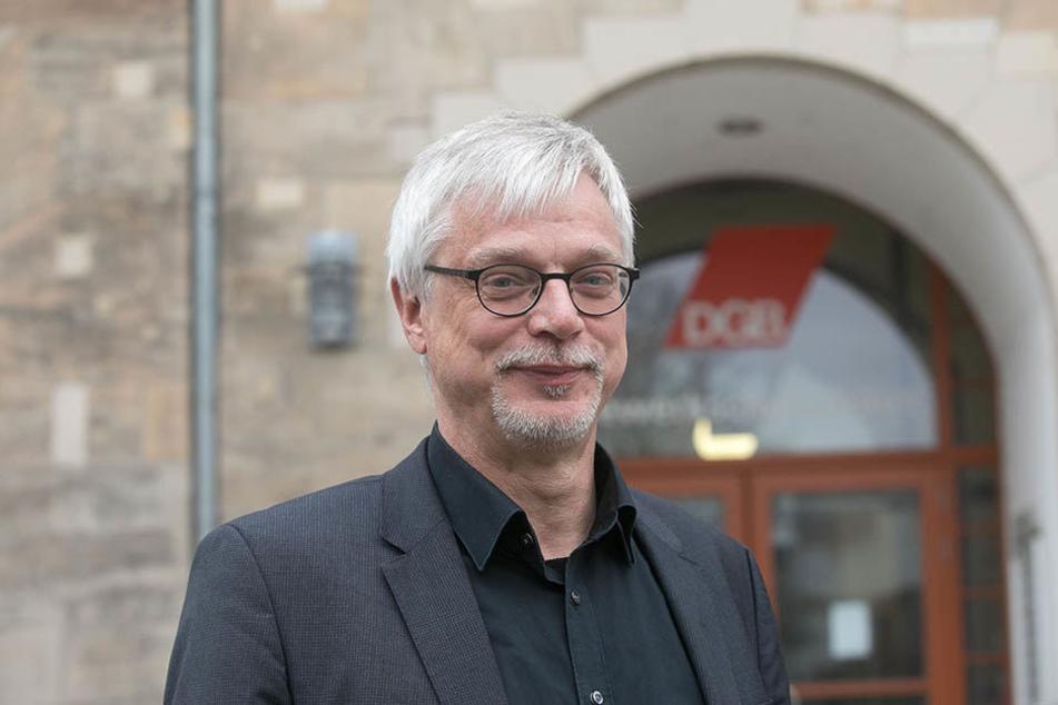 Markus Schlimbach vor dem Volkshaus am Dresdner Schützenplatz. In dem Gewerkschaftshaus sitzt der sächsische DGB.