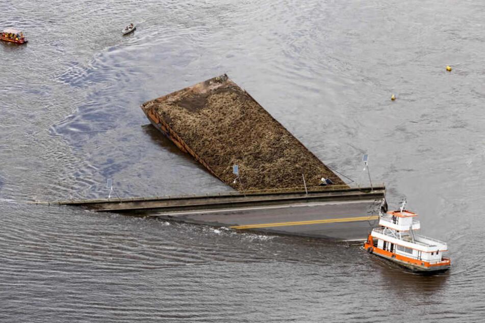 Ein riesiges Teilstück der Brücke stürzte ins Wasser.
