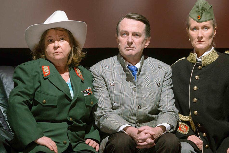 Juliane Korèn gemeinsam mit  Jürgen Uter (Mitte) und Hedi Kriegeskotte (rechts) bei einer Probe für eine Uraufführung am Schauspielhaus Hamburg.