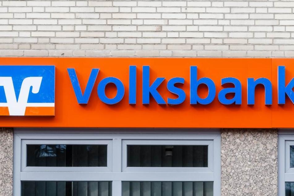 Der Täter überfiel eine Filiale der Volksbank in Asemissen. (Symbolbild)
