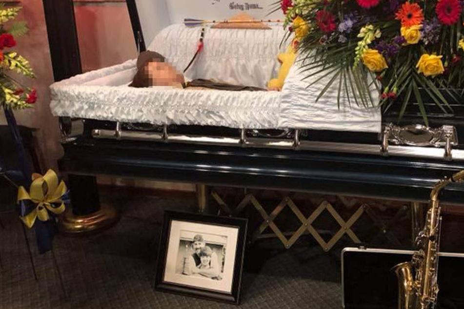 Darum veröffentlicht eine Mutter ein Foto von ihrem Sohn, der tot in einem Sarg liegt
