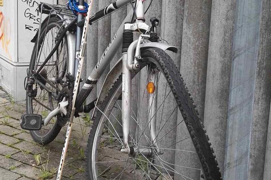 Der 39-Jährige wurde leicht verletzt, sein Rad ist demoliert
