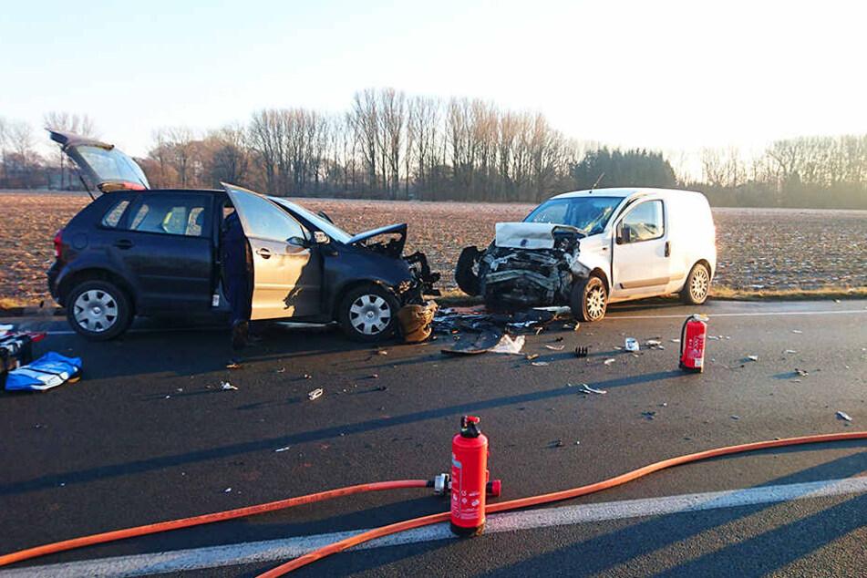 Aus bisher ungeklärter Ursache krachten zwei Autos in Lage frontal zusammen.