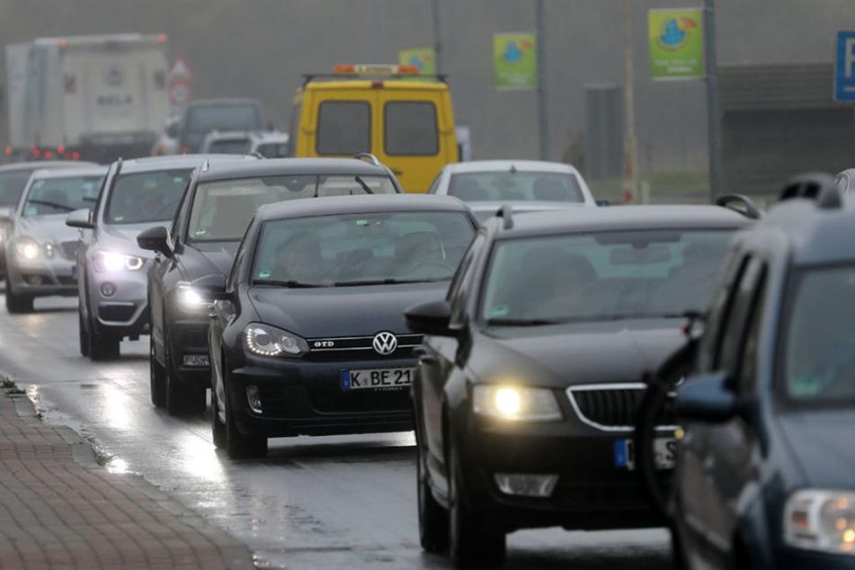 Auf der Umleitungsstrecke für die A20 in Langsdorf staut sich der Verkehr.