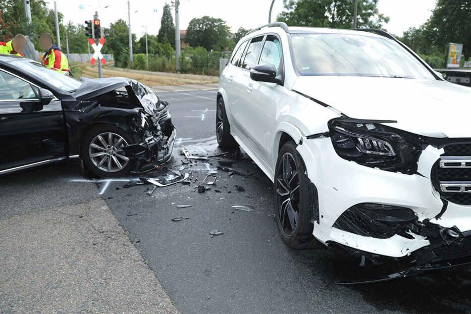 Crash in der City: VW rast in Mercedes, Person unter Schock