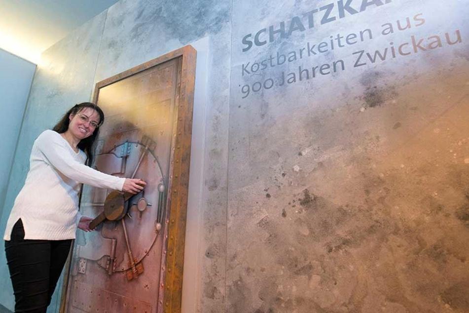 Alexandra Hortenbach (39), die Museumschefin der Priesterhäuser, vor der Eingangstür zur Zwickauer Schatzkammer. Dort sind ab 18. Februar teils nie gezeigte Artefakte zu sehen.