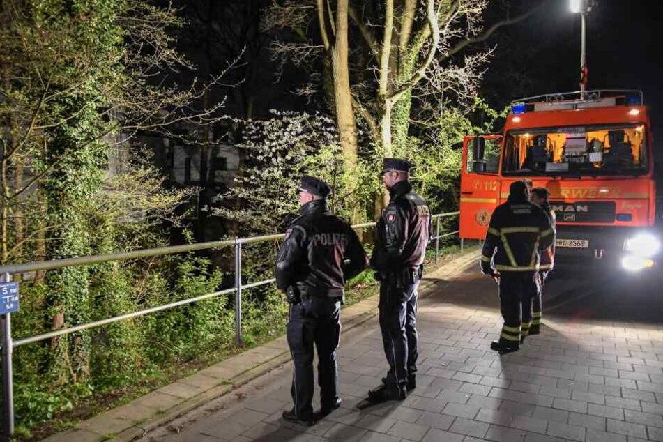 Polizisten stehen an der Unglücksstelle in Hamburg-Alsterdorf.
