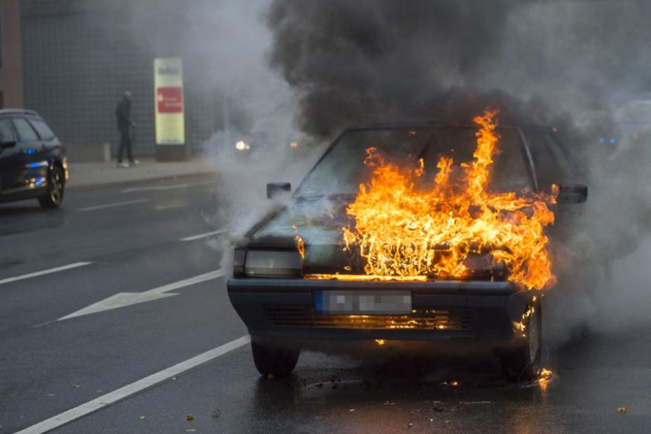 Der Wagen geht in Flammen auf: Und das auch noch mitten in der Stadt!