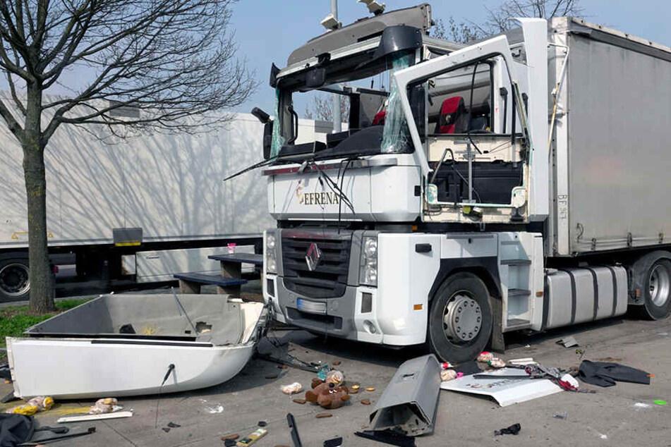 Laster auf A4-Parkplatz explodiert: Fahrer schwer verletzt
