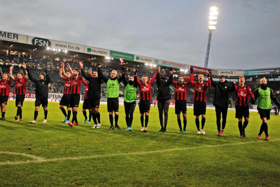 Sachsenjubel an der Ostsee: Die Chemnitzer feierten den Auswärtssieg bei Hansa Rostock.