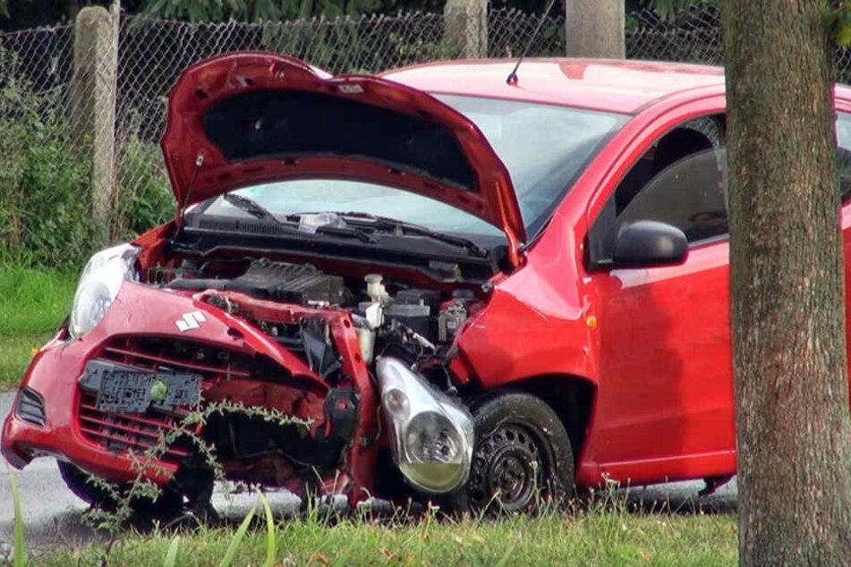 Der rote Suzuki, nachdem die Feuerwehr ihn aus dem Teich fischte.
