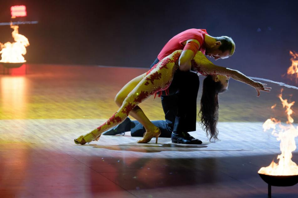 """Die Profi-Tänzerin Renata Lusin und Promi-Tänzer Pascal Hens tanzen bei der Premiere der """"Let's Dance - Die Live-Tour 2019"""" in der Westfalenhalle."""