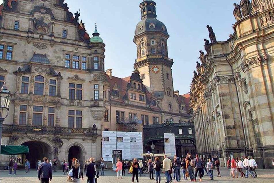 Das Residenzschloss. In der Mitte rechts die Bauschilder der aktuellen Bauvorhaben, darunter das zum Restaurant.