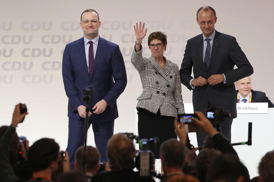 """Nach der Wahl zur neuen Parteichefin holte AKK ihre Mitbewerber Merz (re.) und Spahn nochmal auf die Bühne. Sie seien für ihre Kandidatur wie eine """"Rockband"""" durch Deutschland getourt."""