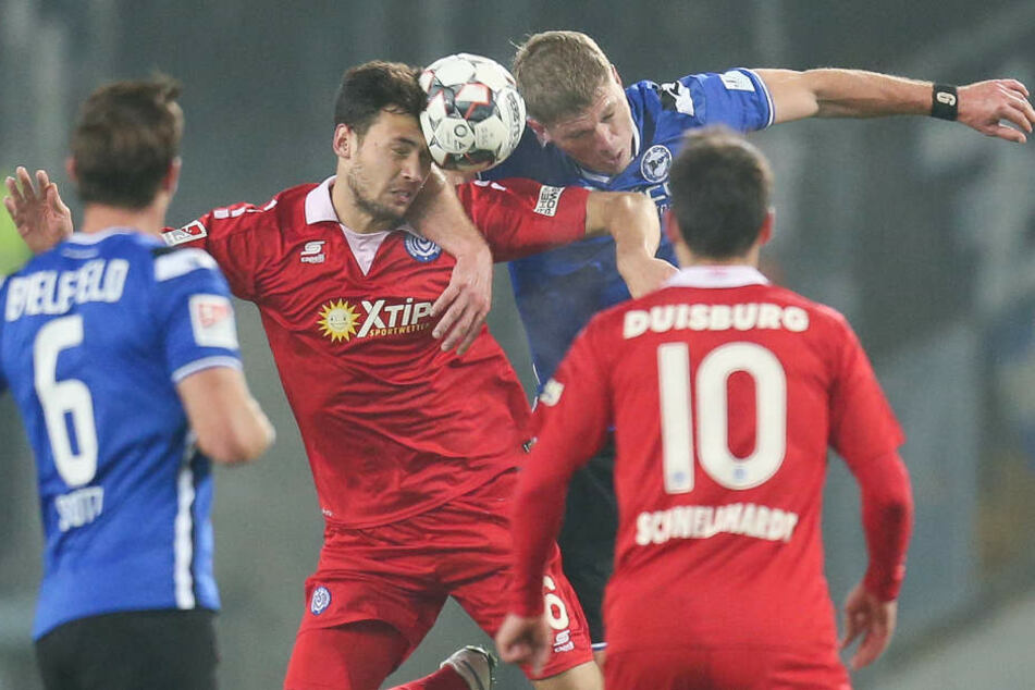 Fabian Klos (2.v.r) gewinnt das Kopfballduell mit Lukas Fröde.