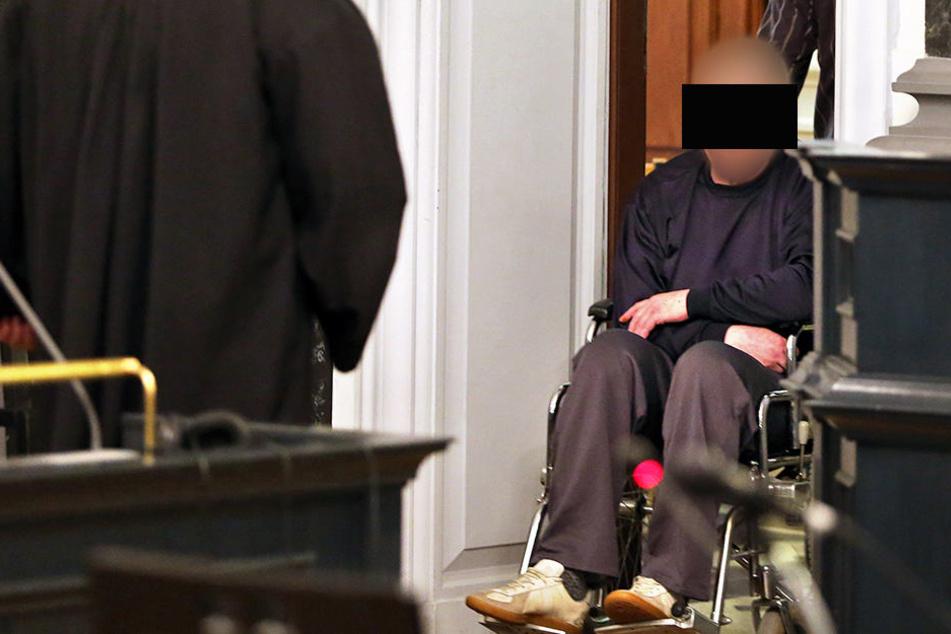 Helmut S. auf dem Weg in den Gerichtssaal.