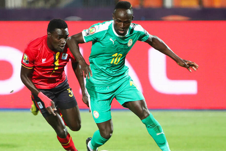 Sadio Mané (l.) schoss den Senegal durch sein Tor zum entscheidenden 1:0 gegen Uganda ins Viertelfinale des Afrika-Cups.