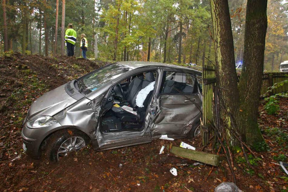 Der Mercedes-Fahrer wurde im Auto eingeklemmt.